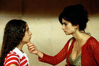 Yohana Cabo as Paula and Penelope Cruz as Raimunda in