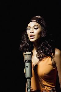 Deena (Beyonce Knowles) sings