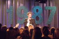 Alex Fletcher (Hugh Grant) performs at a class reunion in