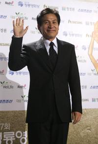 Ahn Sung-ki at the 27th Blue Dragon Film Awards.
