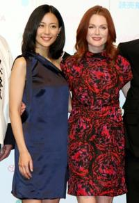 Yoshino Kimura and Julianne Moore at the press conference of
