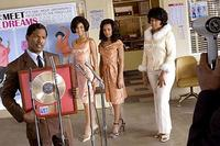 Manager Curtis (Jamie Foxx) presents a recording award to The Dreams in