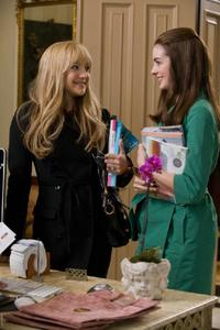 Kate Hudson as Liv and Anne Hathaway as Emma in