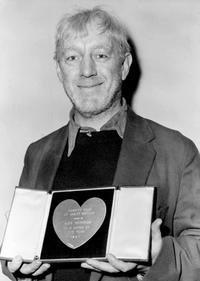 Alec Guinness being awarded by the Great-Britain Variety club as best actor.