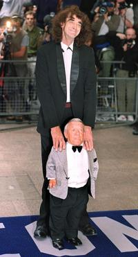 Kenny Baker and Peter Mayhew at the London premiere of