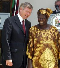 Kjell Magne Bondevik and Wangari Maathai at the meeting with Kenyan President Mwai Kibaki in Nairobi.