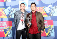 Chester Bennington and Joseph Han at the 2008 MTV Video Music Awards in California.