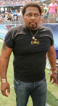 Aaron Neville at the game between the New York Jets and the Tennessee Titans.