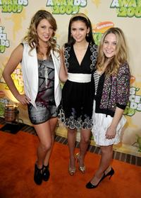Miriam McDonald, Nina Dobrev and Lauren Collins at the Nickelodeon's 2009 Kids Choice Awards.