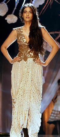 Sonam Kapoor at the fourth day of HDIL India Couture Week.