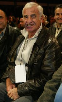 Jean-Paul Belmondo attends boxing matches.