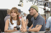 Eva Mendes and director Mark Steven Johnson on the set of