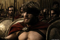 Dilios (David Wenham) inspires the Spartan troops with tales of honor and victory before battle in