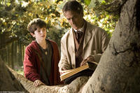 Freddie Highmore and David Strathairn in