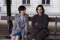 Elsa Zylberstein as Lea, Kristin Scott Thomas as Juliette in