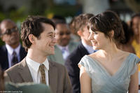 Joseph Gordon-Levitt as Tom and Zooey Deschanel as Summer in