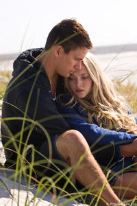 Channing Tatum as John and Amanda Seyfried as Savannah in