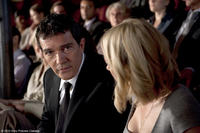 Antonio Banderas as Greg and Naomi Watts as Sally in