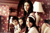 Kareena Kapoor as Shreya, with Aanchal Munjal as Aleya, Diya Sonecha as as Anjali and Nominath Ginsburg as Ankush in